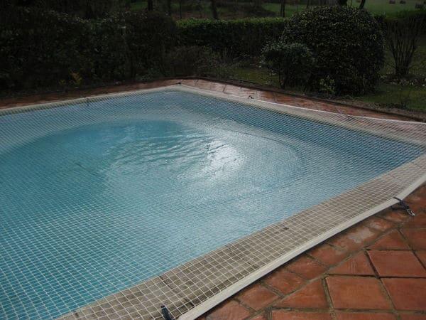 bb9a59a792079 Filet piscine   la couverture de protection de référence en période ...