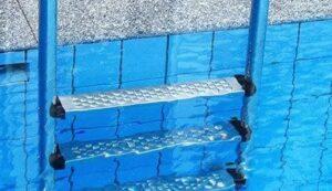 échelle pour piscine